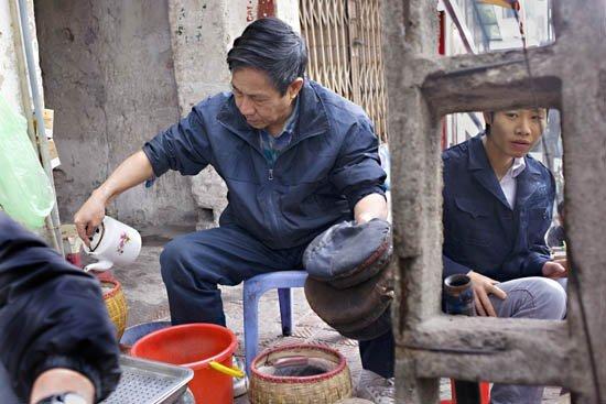 Hanoi Vietnam 08 tea seller